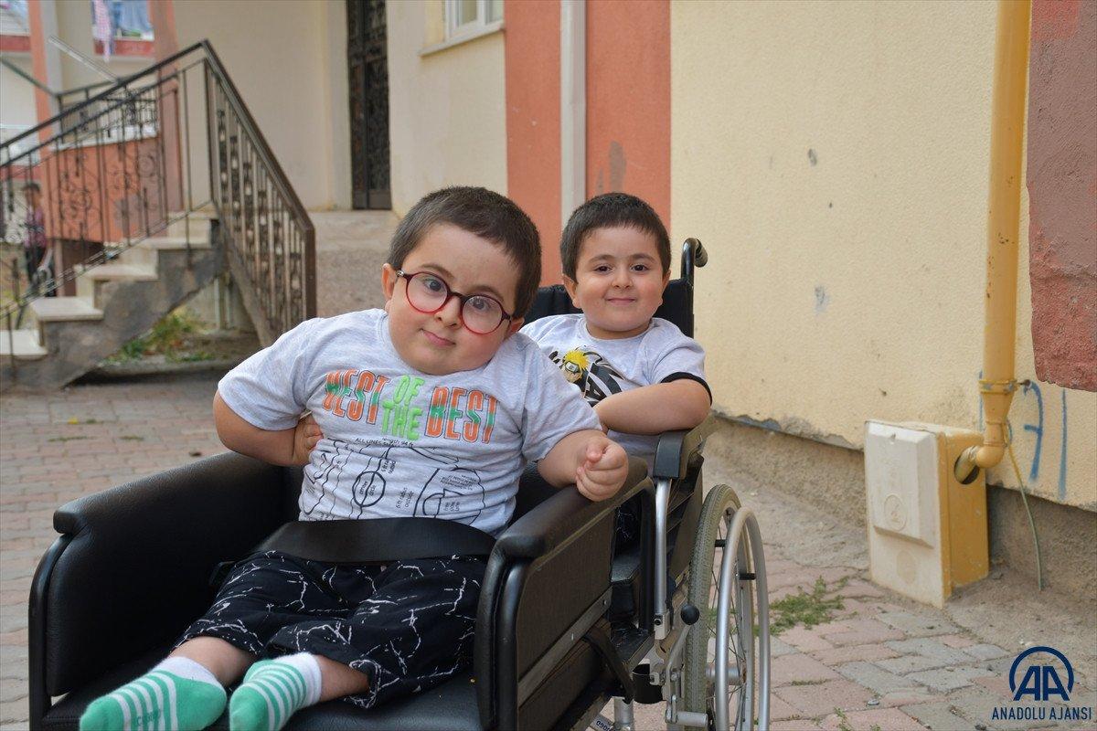 Sivas ta cam kemik hastası ikizlere tekerlekli sandalye üretildi #3