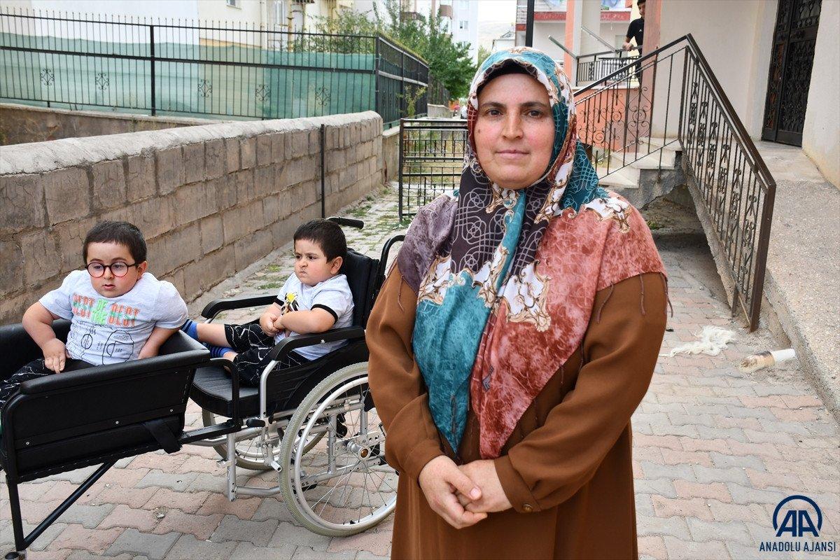 Sivas ta cam kemik hastası ikizlere tekerlekli sandalye üretildi #7