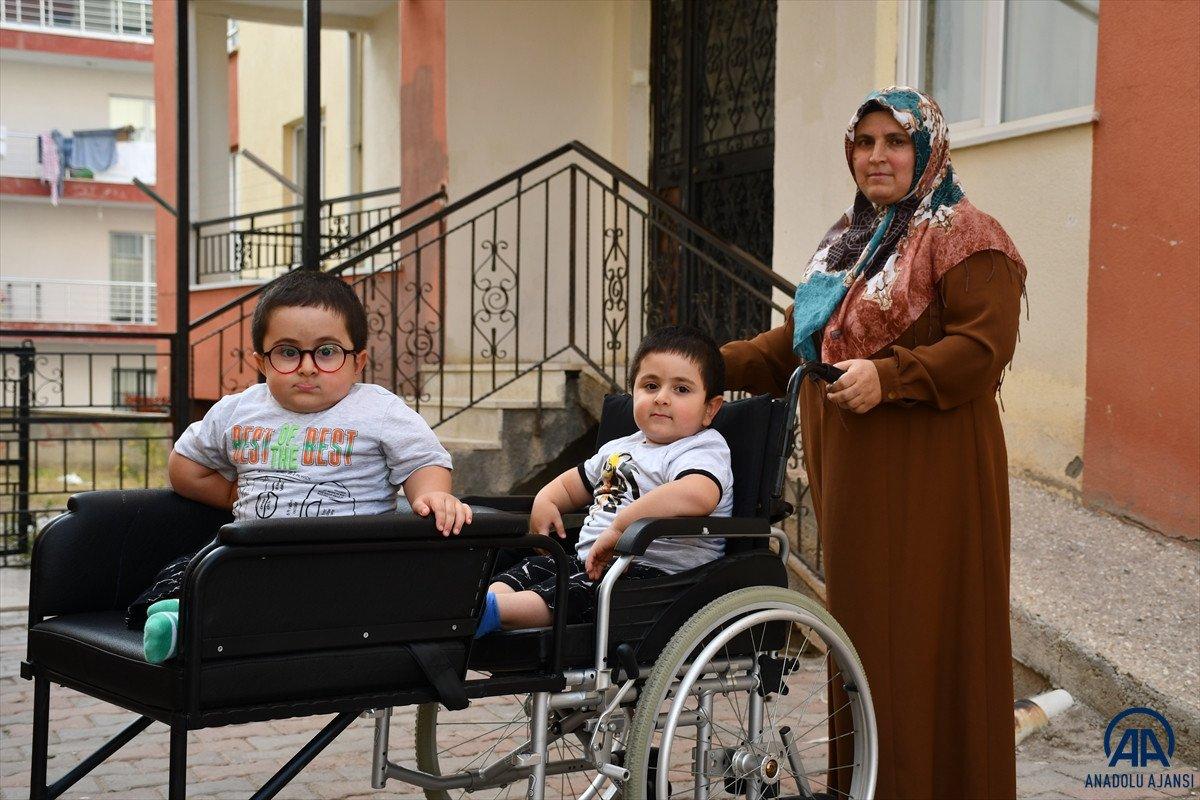 Sivas ta cam kemik hastası ikizlere tekerlekli sandalye üretildi #5