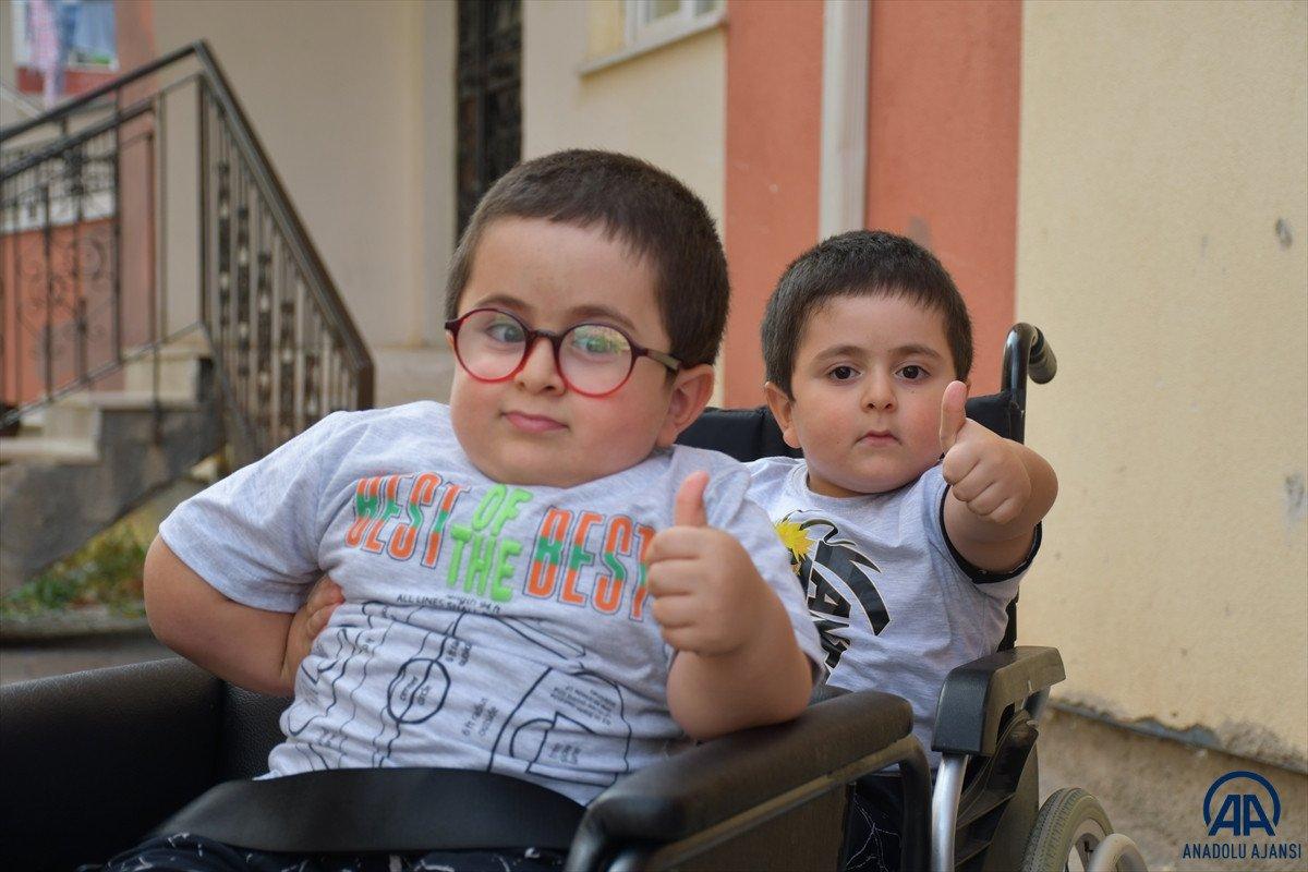 Sivas ta cam kemik hastası ikizlere tekerlekli sandalye üretildi #2