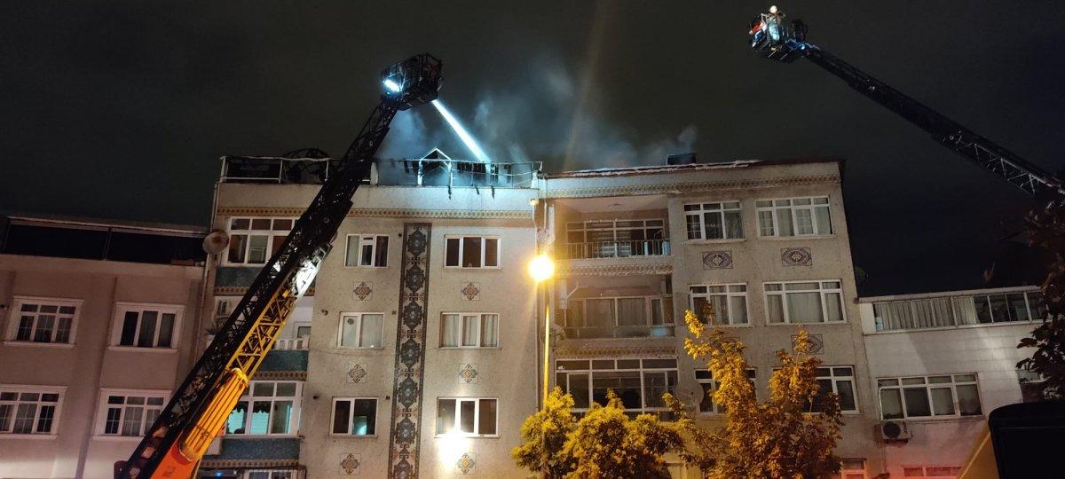 İstanbul da bir binanın çatı katı küle döndü #1