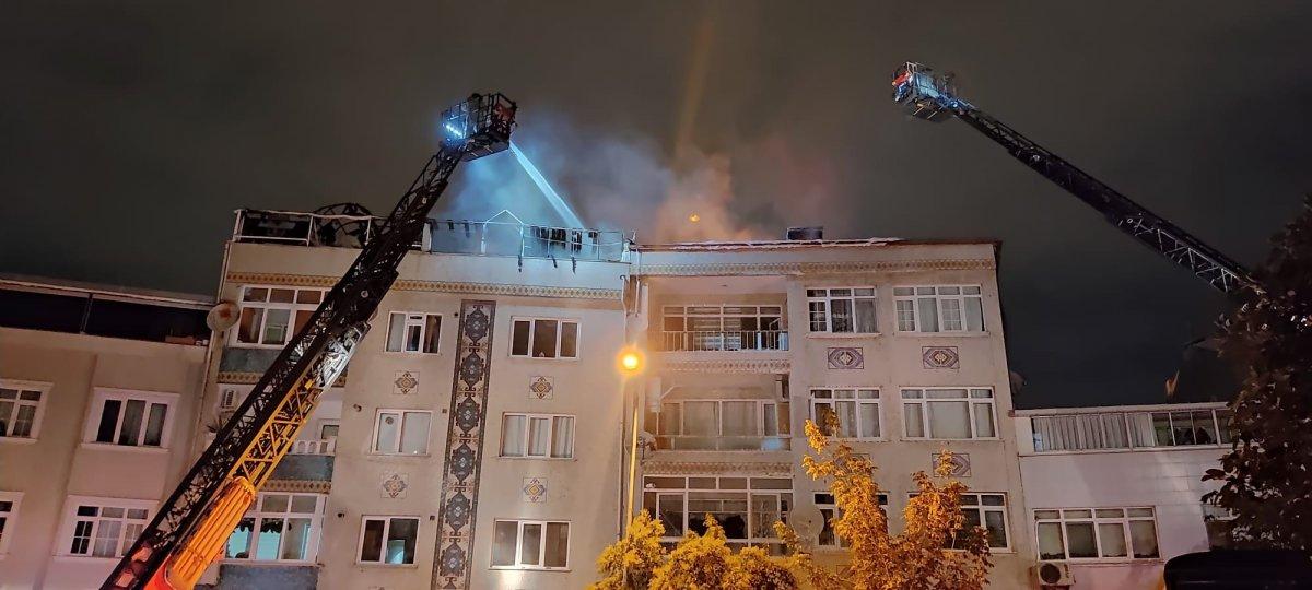 İstanbul da bir binanın çatı katı küle döndü #2
