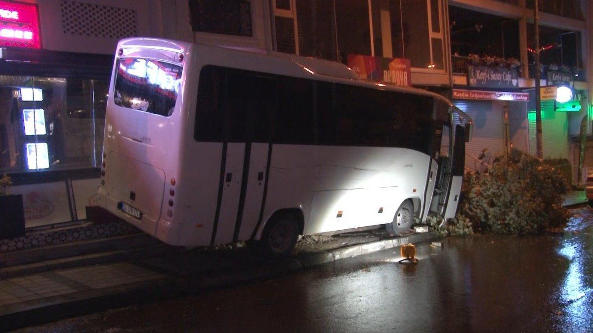 İstanbul da minibüsün altında kalan genç yaşamını yitirdi #2