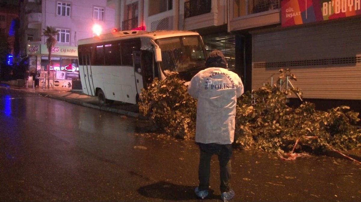 İstanbul da minibüsün altında kalan genç yaşamını yitirdi #3