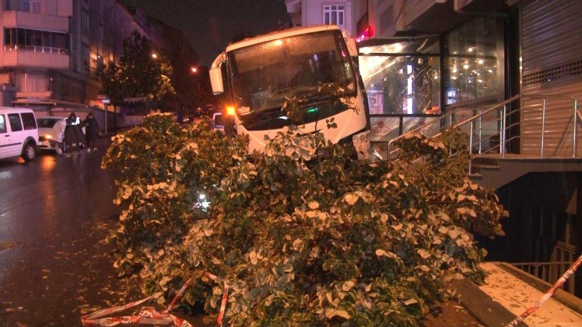 İstanbul da minibüsün altında kalan genç yaşamını yitirdi #1