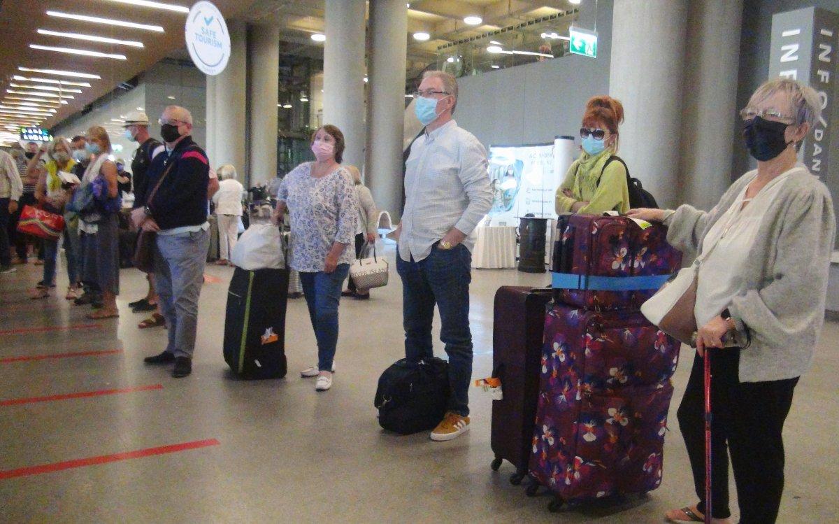 İngiltere den gelen ilk turist kafilesi, Dalaman Havalimanı na indi #3