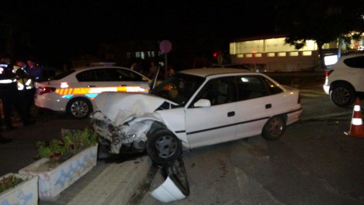 Antalya da seyir halindeki otomobil ile minibüs kavşakta çarpıştı  #1