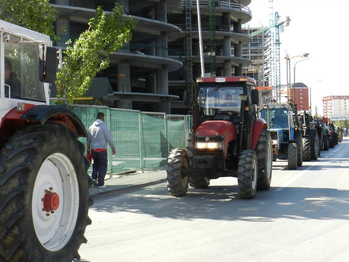 Kosova'da çiftçiler traktörleri ile yollara çıkarak hükümeti protesto etti #2