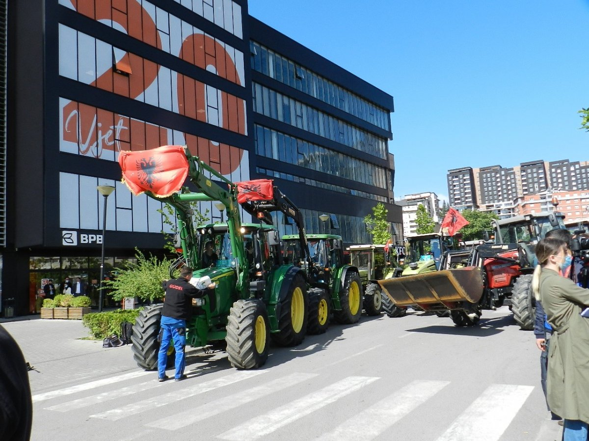 Kosova'da çiftçiler traktörleri ile yollara çıkarak hükümeti protesto etti #3