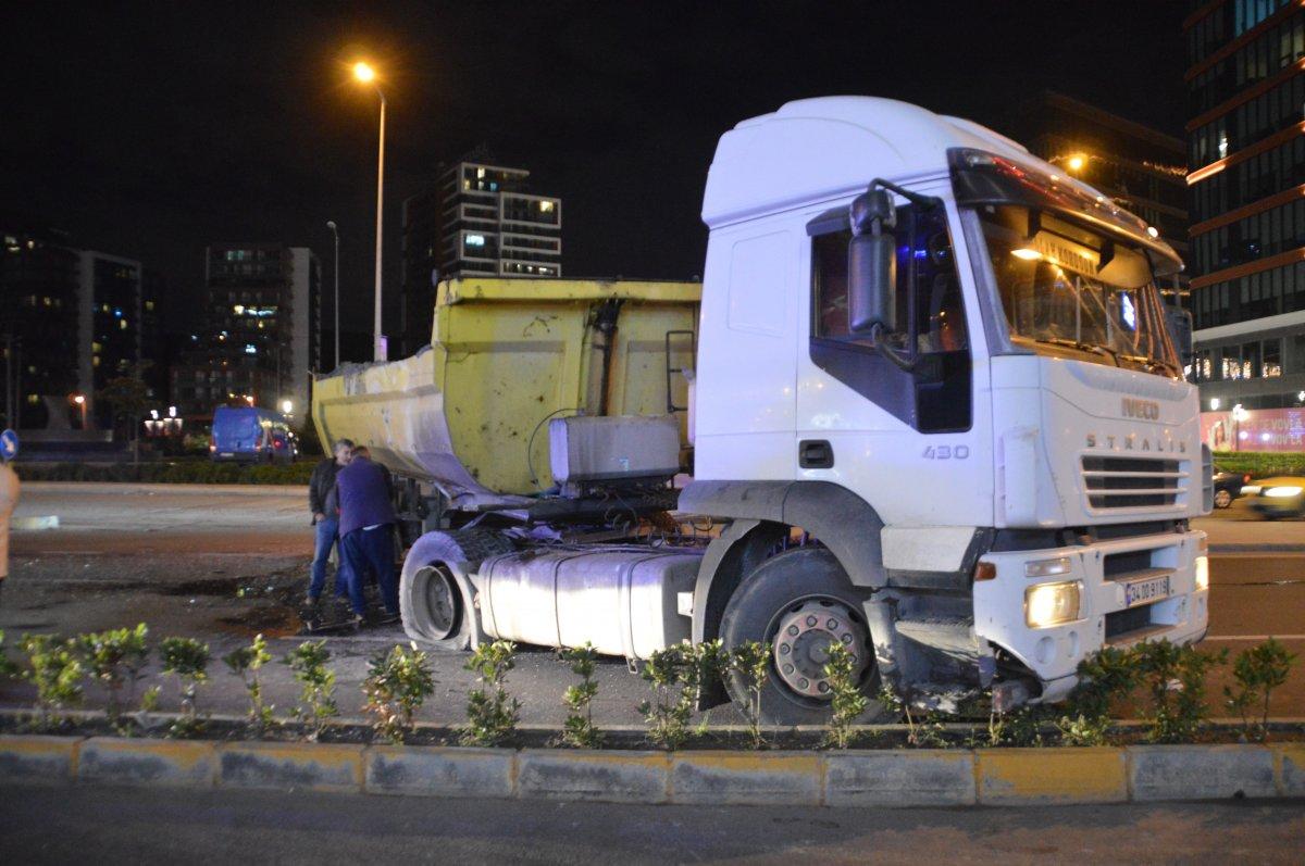 İstanbul da İETT otobüsü, hafriyat aracına çarptı #1