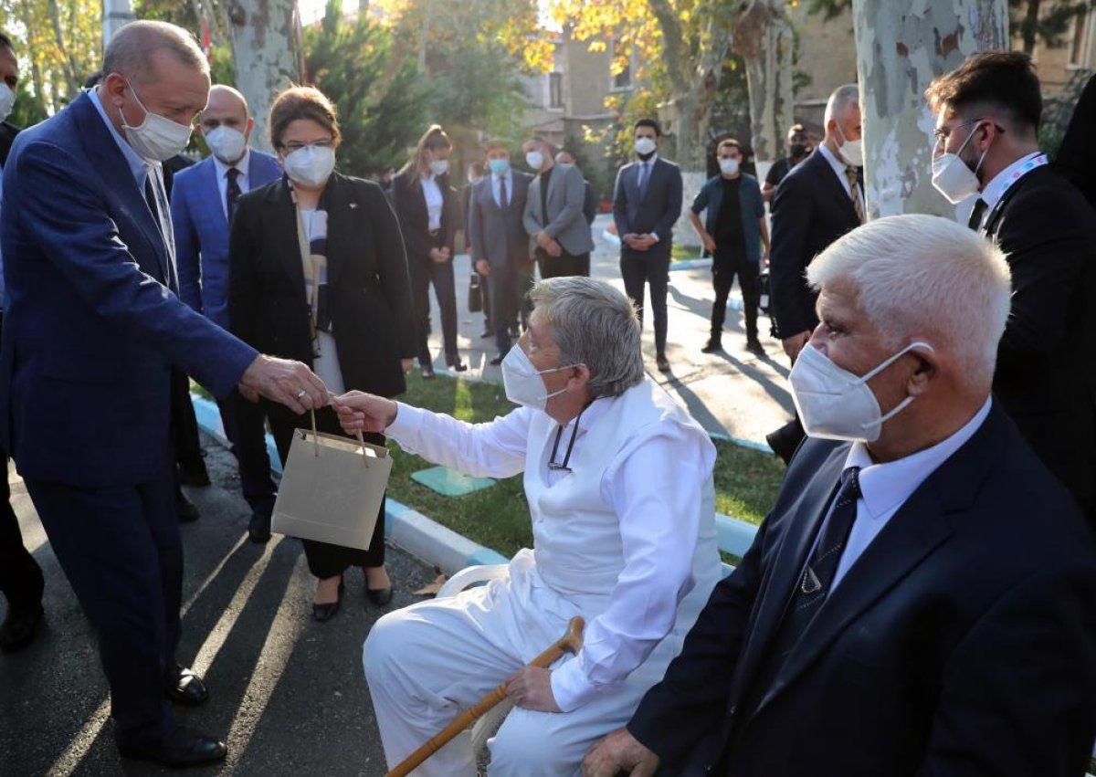 Cumhurbaşkanı Erdoğan, Darülaceze sakinleriyle bir araya geldi #1