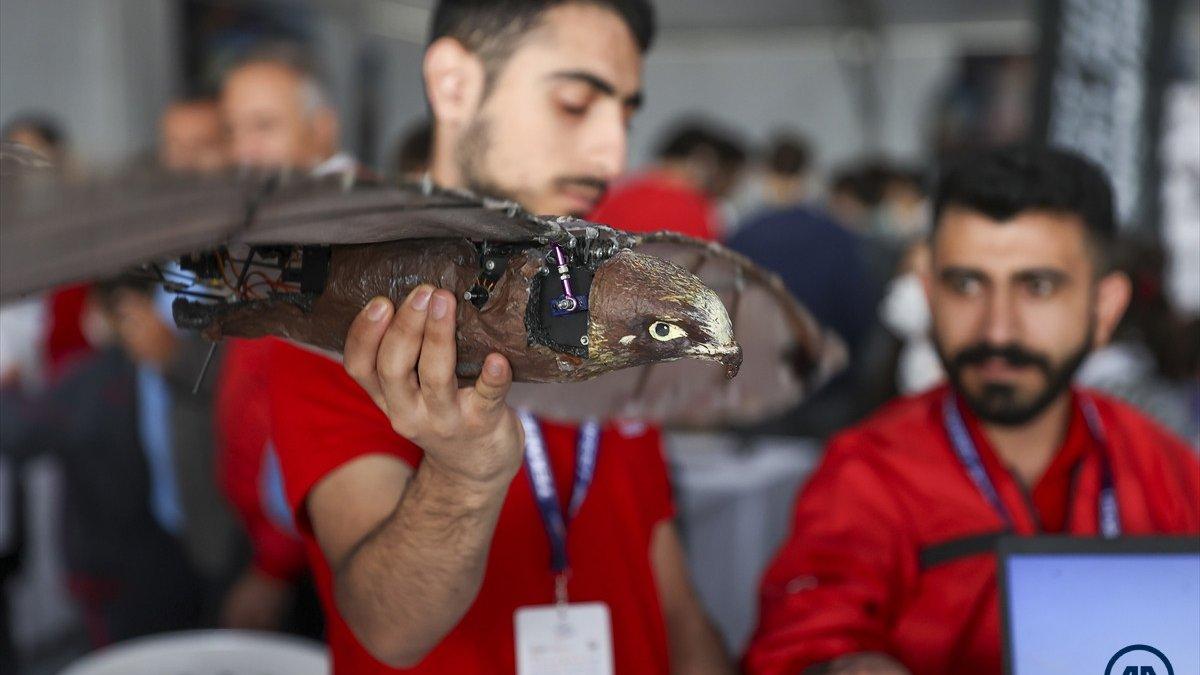 Ağrılı öğrencilerin yaptığı robot kuş atmaca TEKNOFESTte sergilendi