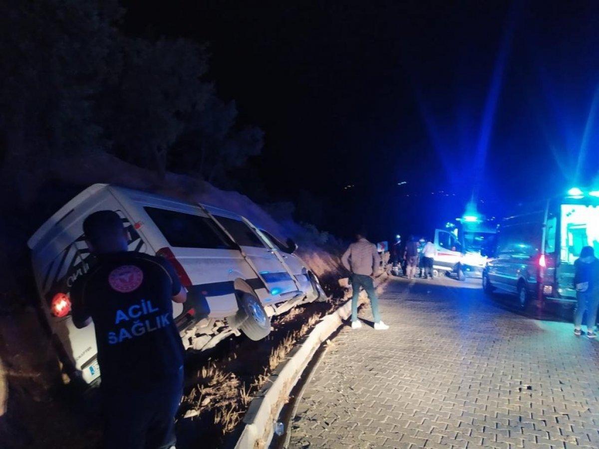 Adıyaman da öğrencileri taşıyan minibüs devrildi: 10 yaralı #1