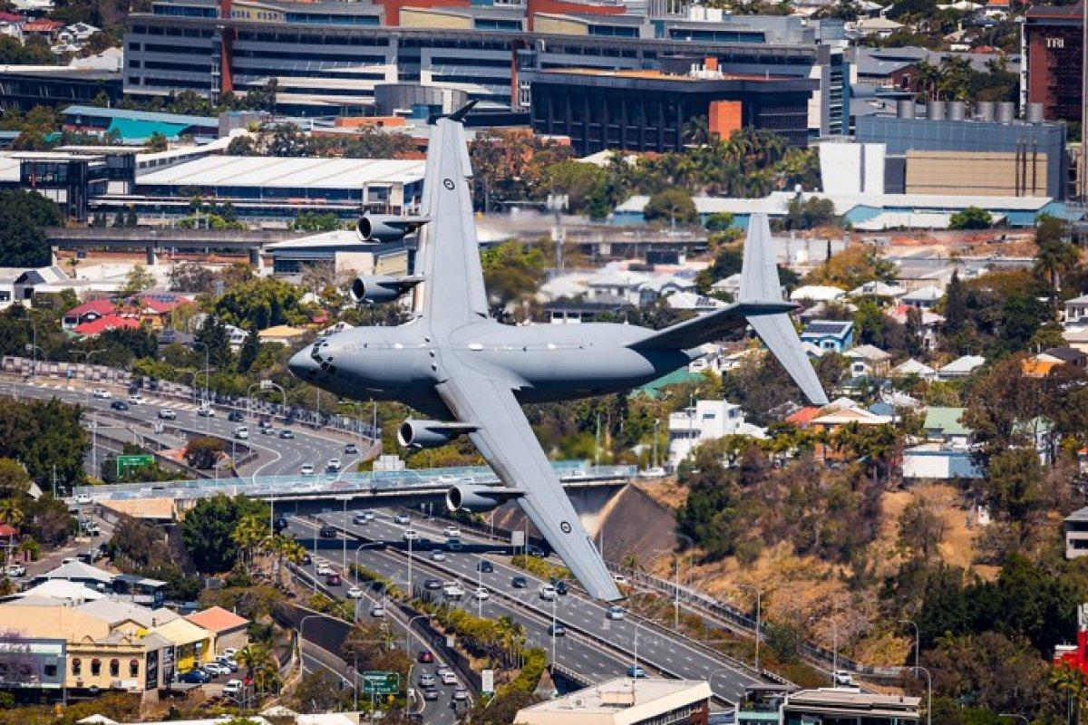 Avustralya daki festivalde alçak uçuş gösterisi izleyenleri korkuttu #2