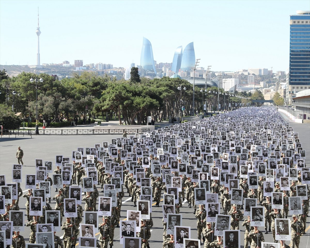 Bakü de, şehitlerin fotoğrafları ile yürüyüş yapıldı #5