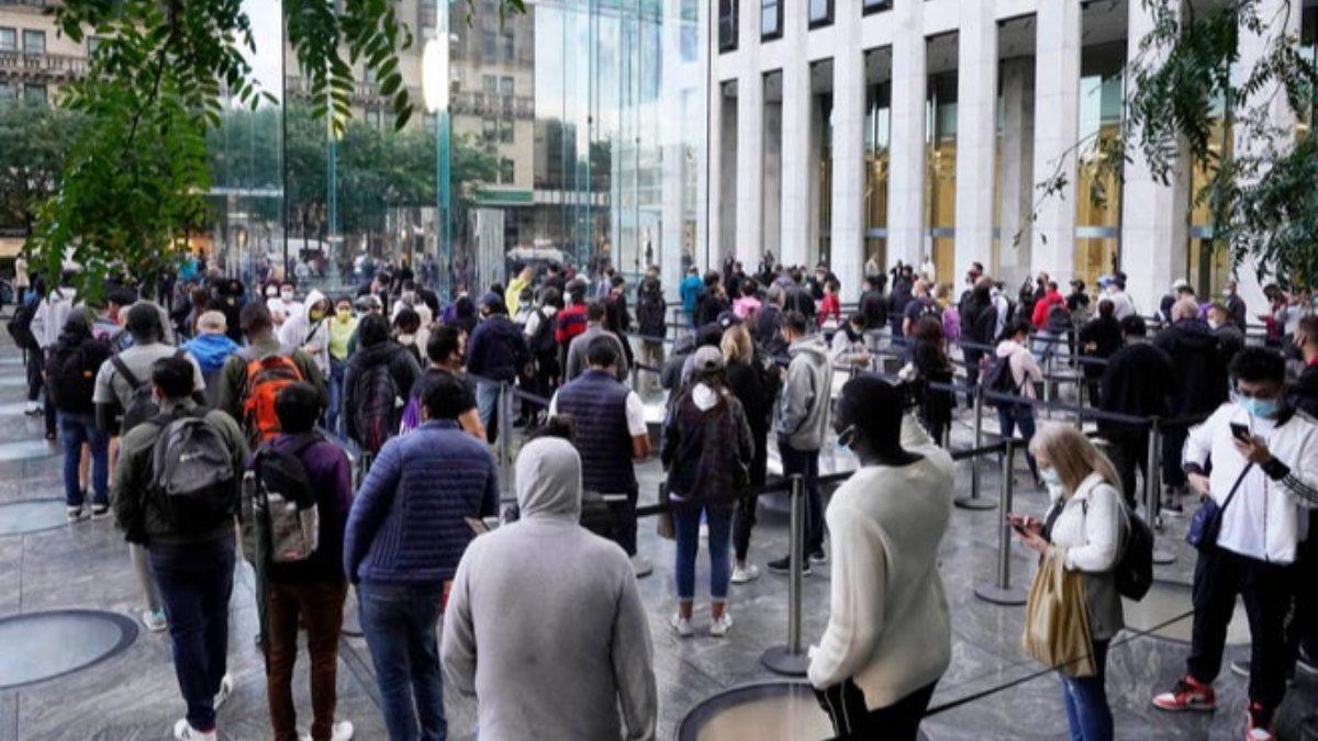 Apple müşterileri, iPhone 13 alabilmek için saatlerce bekledi