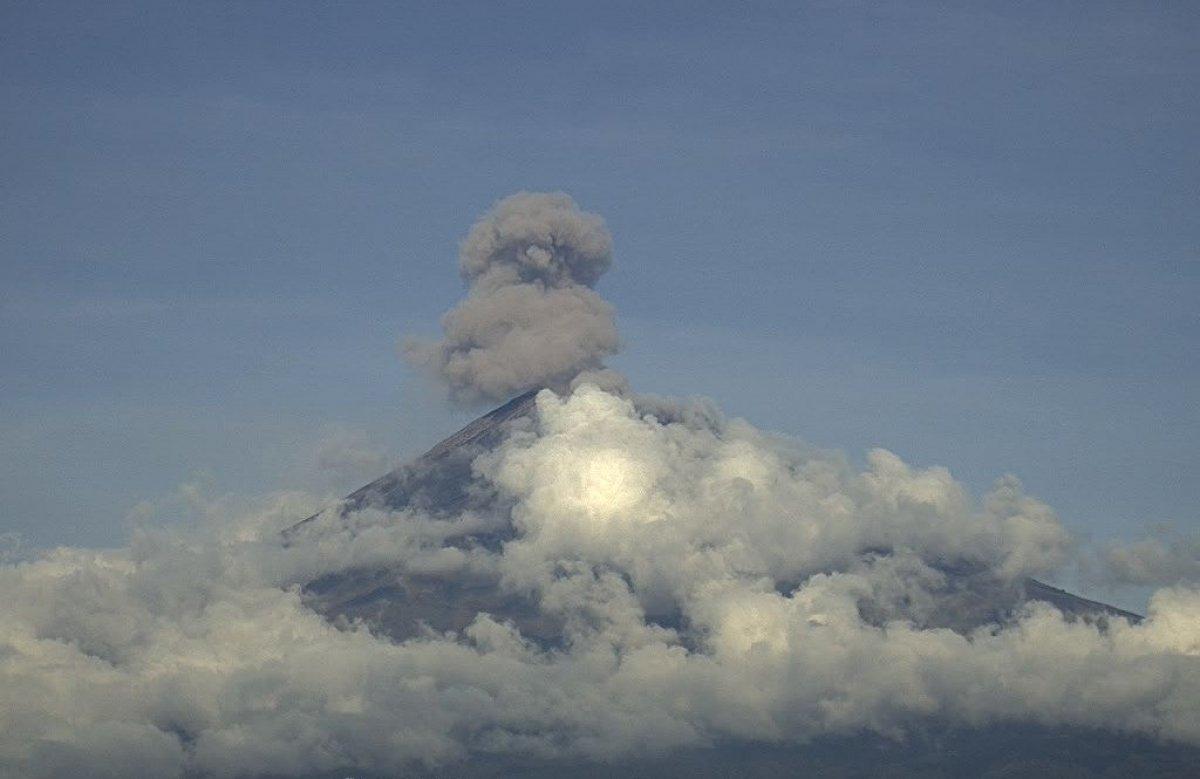 Meksika'daki Popocatepetl Yanardağı nda iki kez patlama gerçekleşti #1
