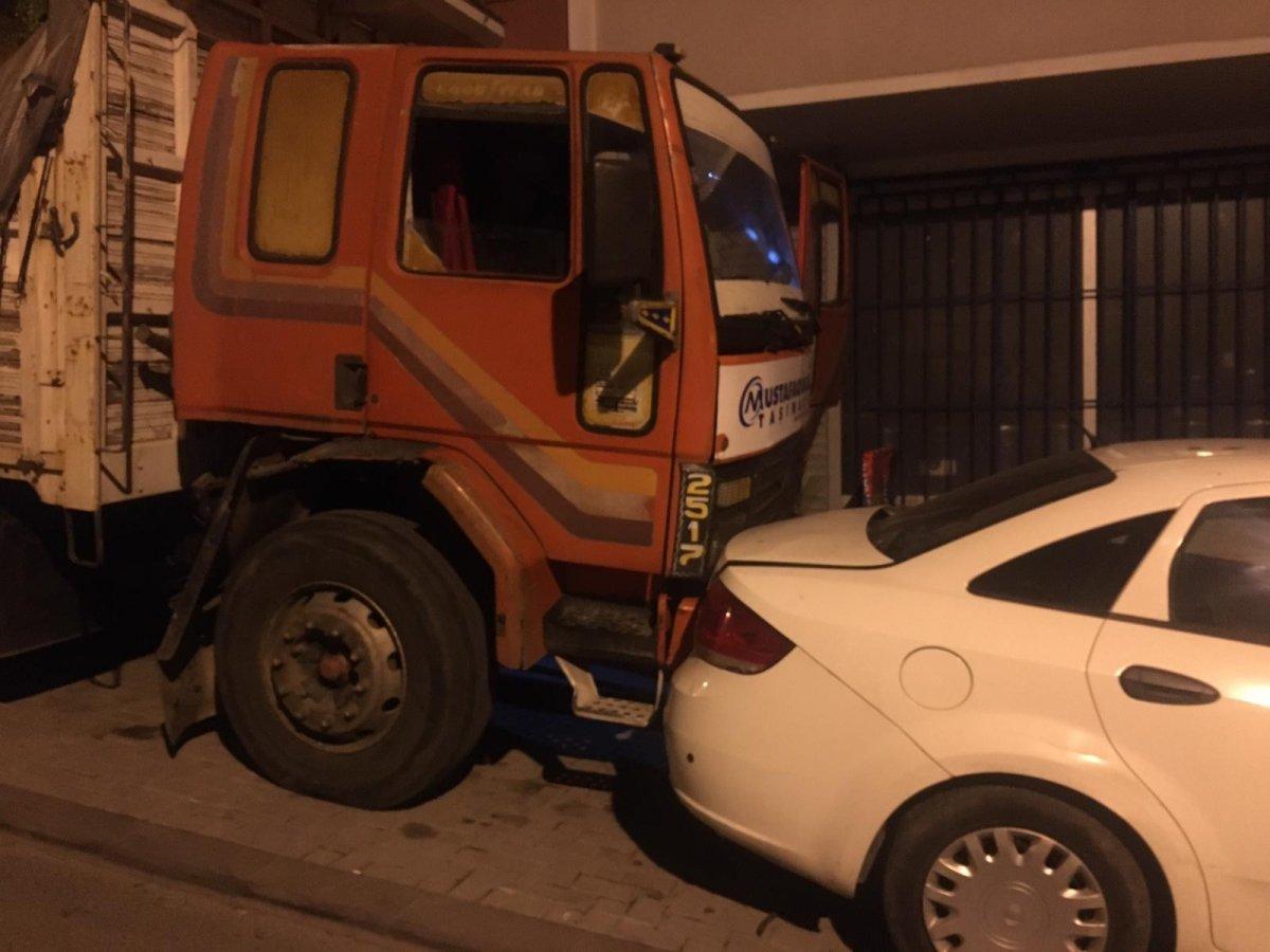 İstanbul da 8 aracın hasar görmesine neden olan şoförü tüple dövmeye çalıştılar #3