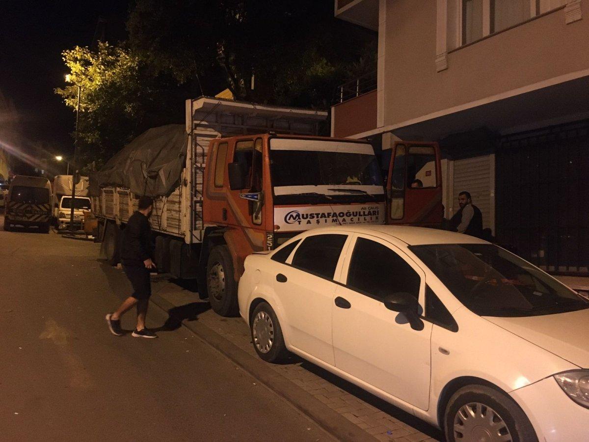 İstanbul da 8 aracın hasar görmesine neden olan şoförü tüple dövmeye çalıştılar #2