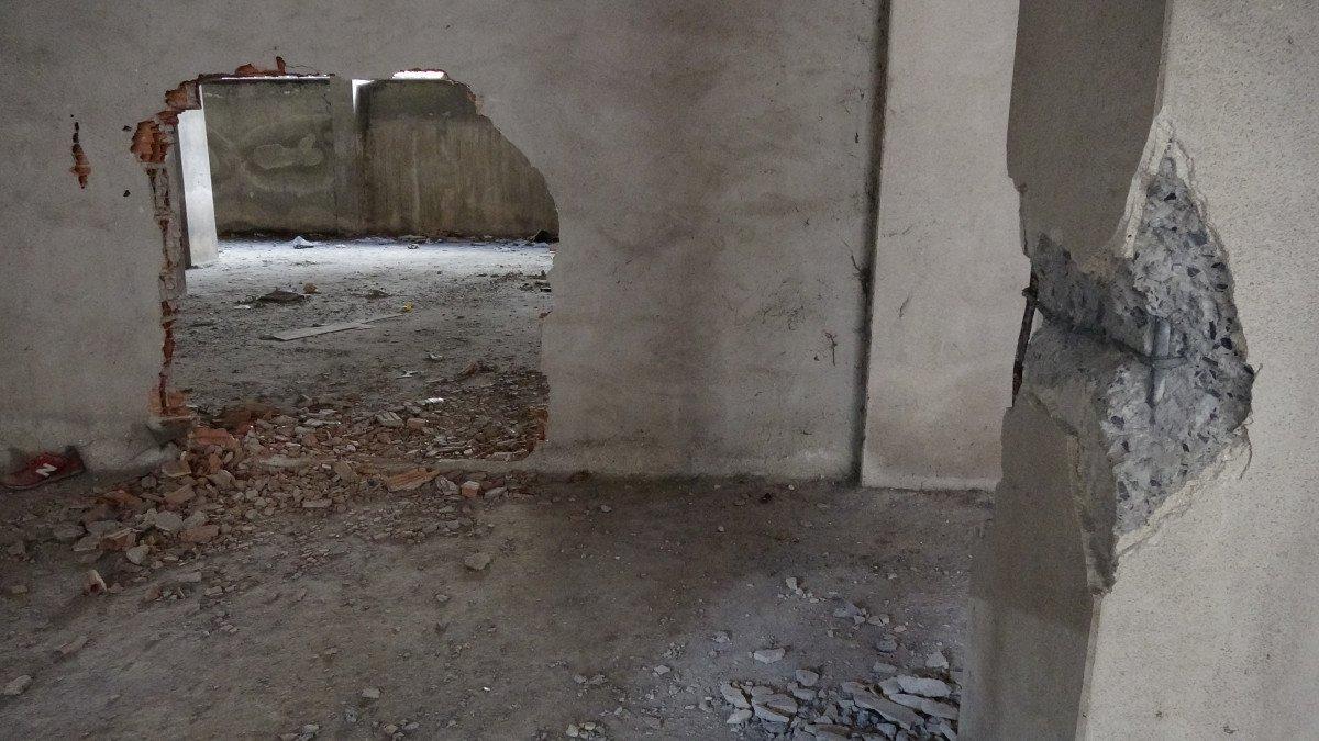 Sultangazi'de, 150 kişinin yaşadığı binanın kolonlarını keserken yakalandılar #3