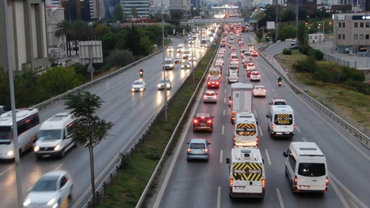 İstanbul da haftanın son iş günü trafik yüzde 70 e yaklaştı #3