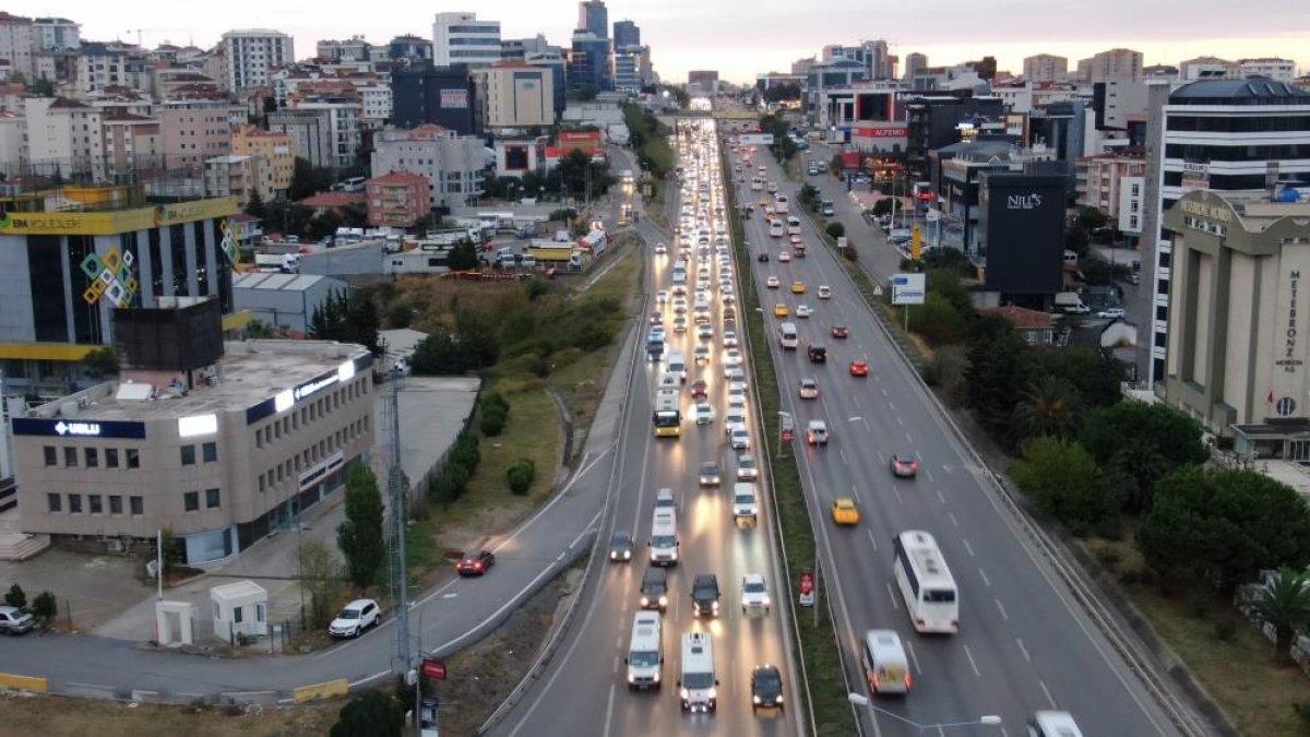 İstanbul da haftanın son iş günü trafik yüzde 70 e yaklaştı #6