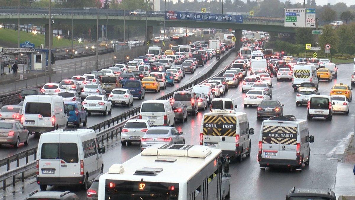 İstanbul da haftanın son iş günü trafik yüzde 70 e yaklaştı #2