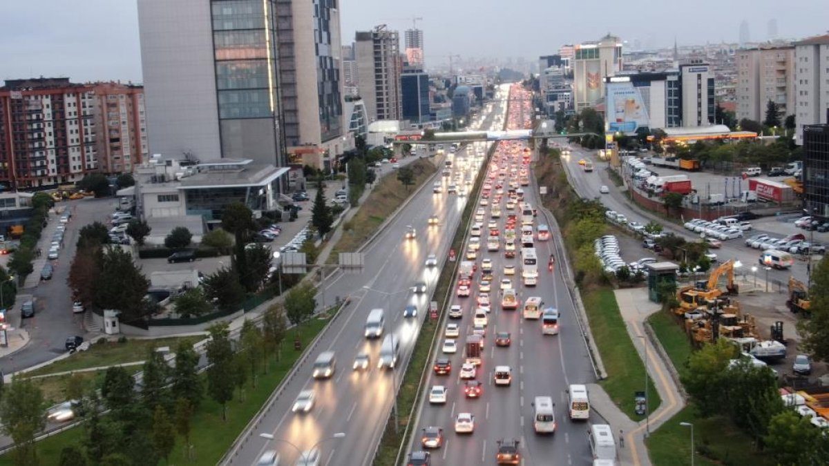 İstanbul da haftanın son iş günü trafik yüzde 70 e yaklaştı #4