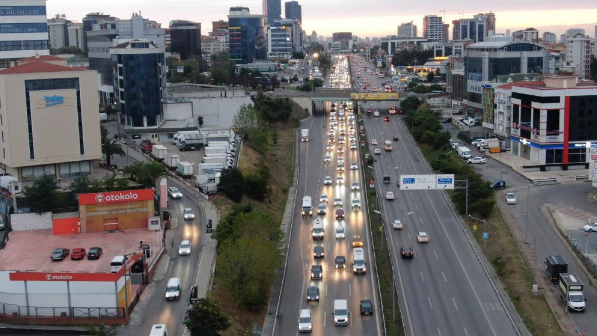 İstanbul da haftanın son iş günü trafik yüzde 70 e yaklaştı #7