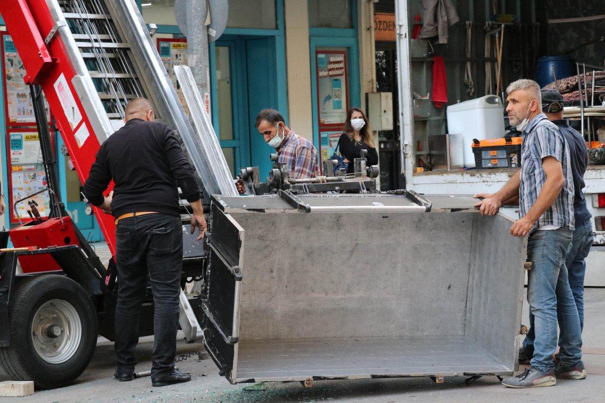 Denizli de yük asansörünün sepeti belediye otobüsüne çarptı  #5
