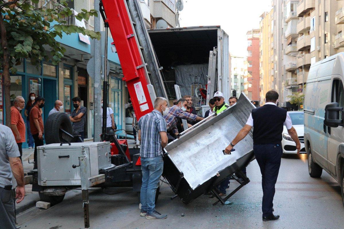 Denizli de yük asansörünün sepeti belediye otobüsüne çarptı  #2
