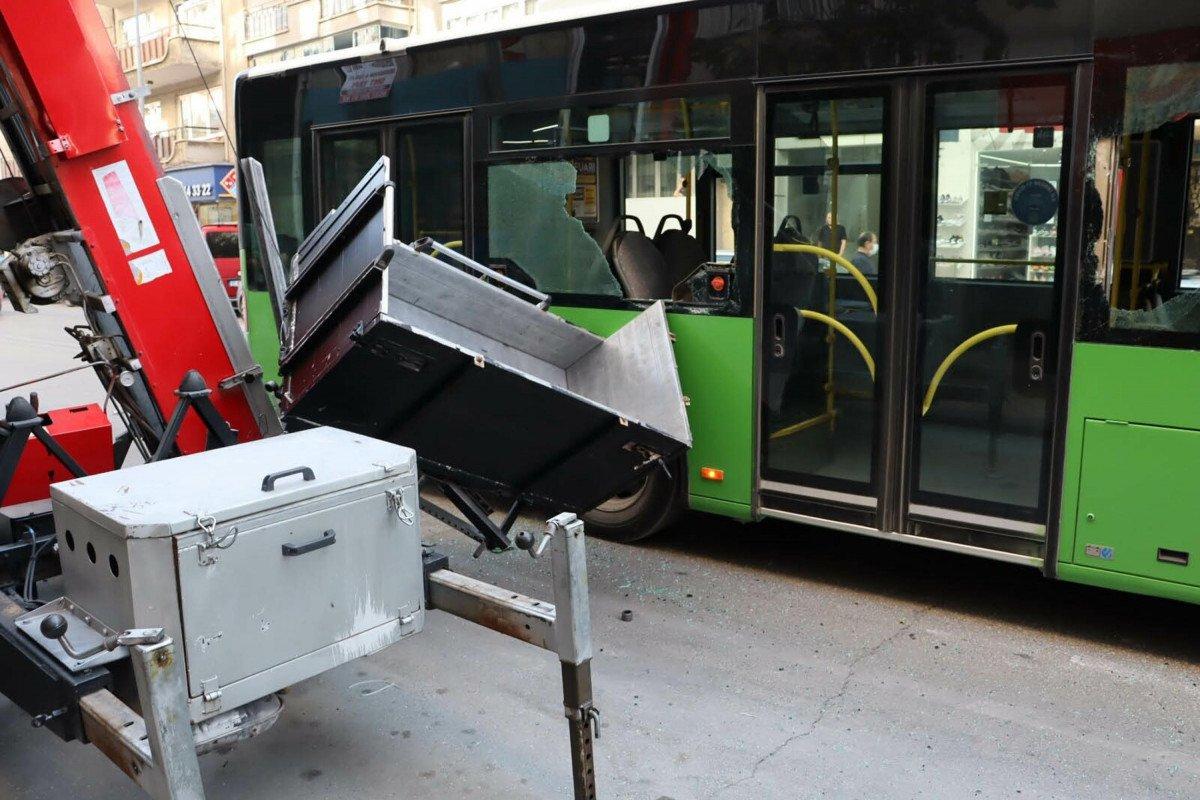 Denizli de yük asansörünün sepeti belediye otobüsüne çarptı  #1