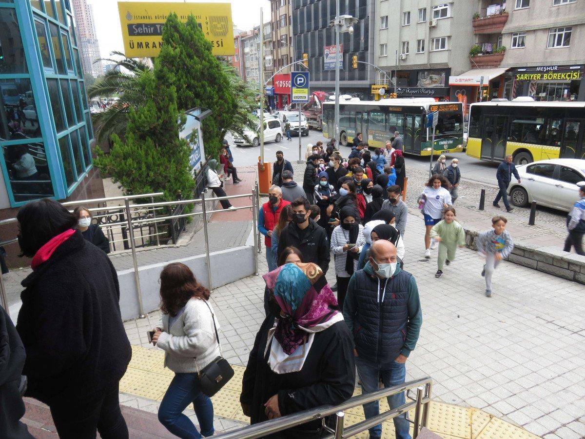 Ümraniye'de, İstanbulkart başvuru merkezi önünde uzun kuyruklar oluştu #3