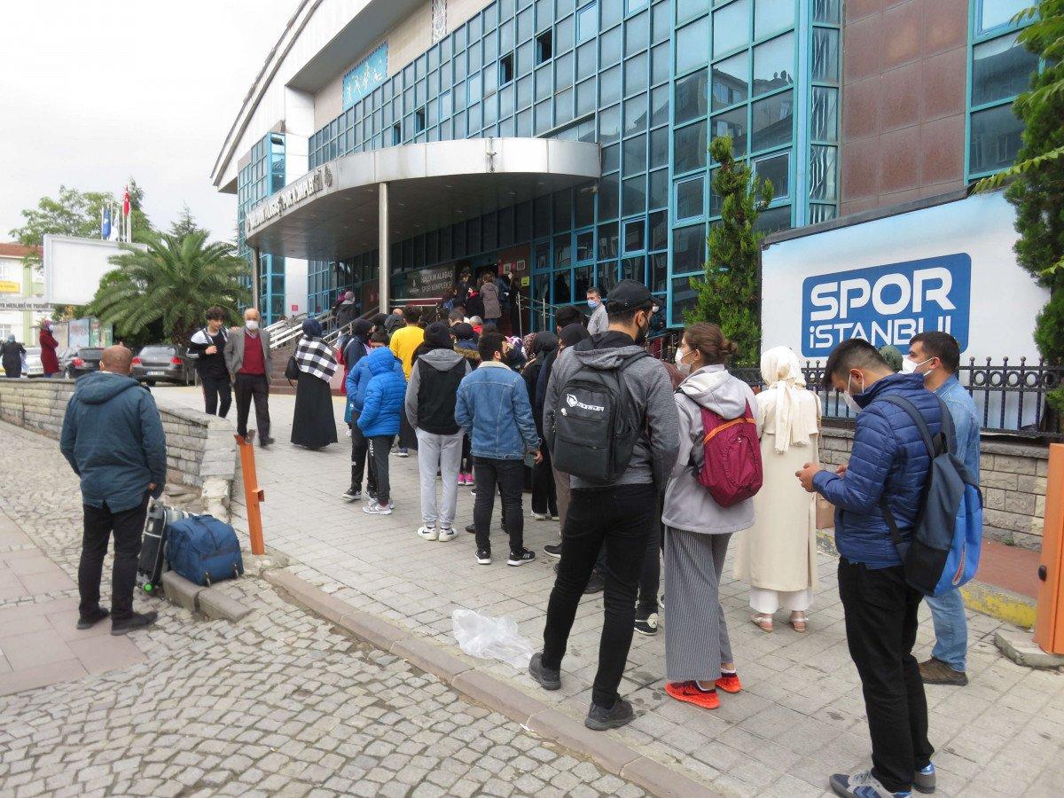 Ümraniye'de, İstanbulkart başvuru merkezi önünde uzun kuyruklar oluştu #4