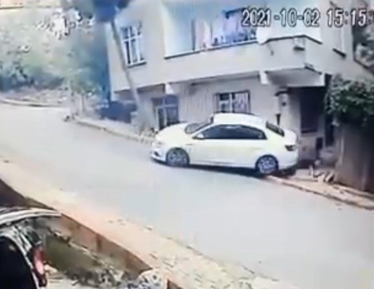 Sancaktepe'de, kayan otomobil yolda yürüyen adamı ezdi  #2