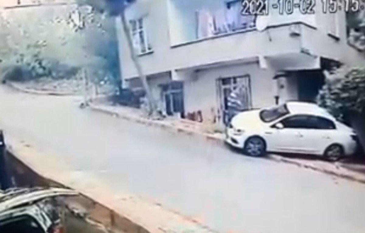 Sancaktepe'de, kayan otomobil yolda yürüyen adamı ezdi  #3