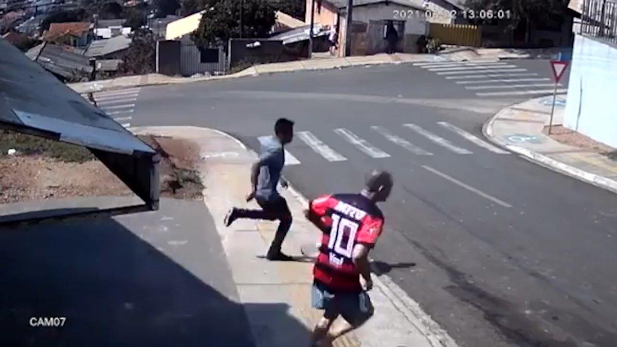 Brezilya'da, yokuşta kayan arabanın camından içeri atladı  #1