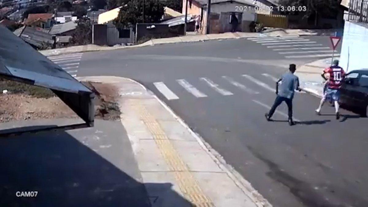 Brezilya'da, yokuşta kayan arabanın camından içeri atladı  #2