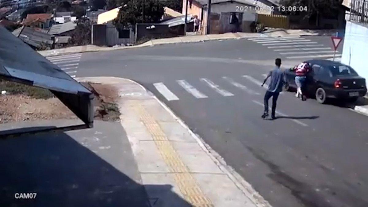 Brezilya'da, yokuşta kayan arabanın camından içeri atladı  #3