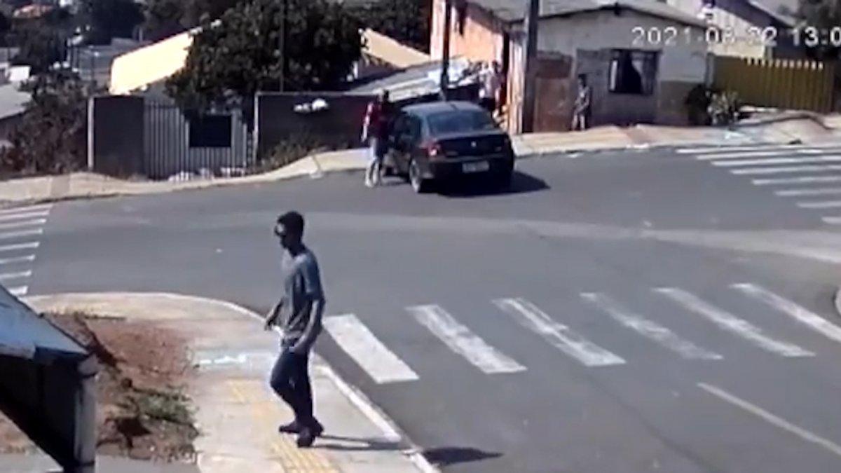 Brezilya'da, yokuşta kayan arabanın camından içeri atladı  #4