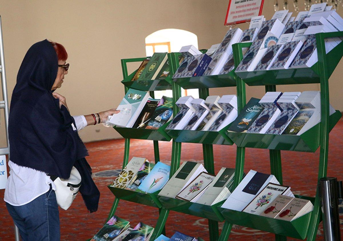 İzmir de camiyi ziyeret eden turistlere 15 dildeki Kur an-ı Kerim kitapçıklarını hediye ediyor #1