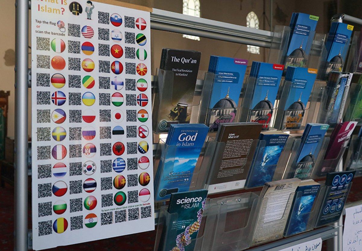 İzmir de camiyi ziyeret eden turistlere 15 dildeki Kur an-ı Kerim kitapçıklarını hediye ediyor #3