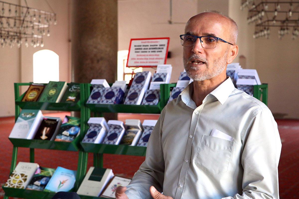 İzmir de camiyi ziyeret eden turistlere 15 dildeki Kur an-ı Kerim kitapçıklarını hediye ediyor #2
