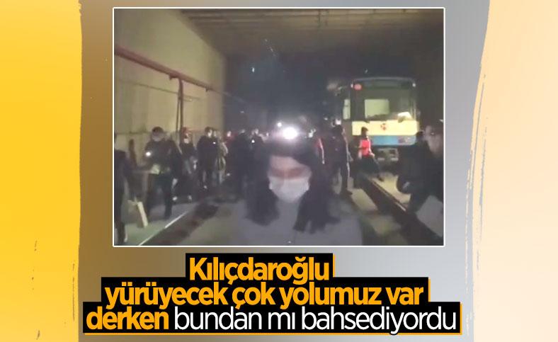 İstanbul'da tramvay arızalandı, yolcular raylarda yürüdü