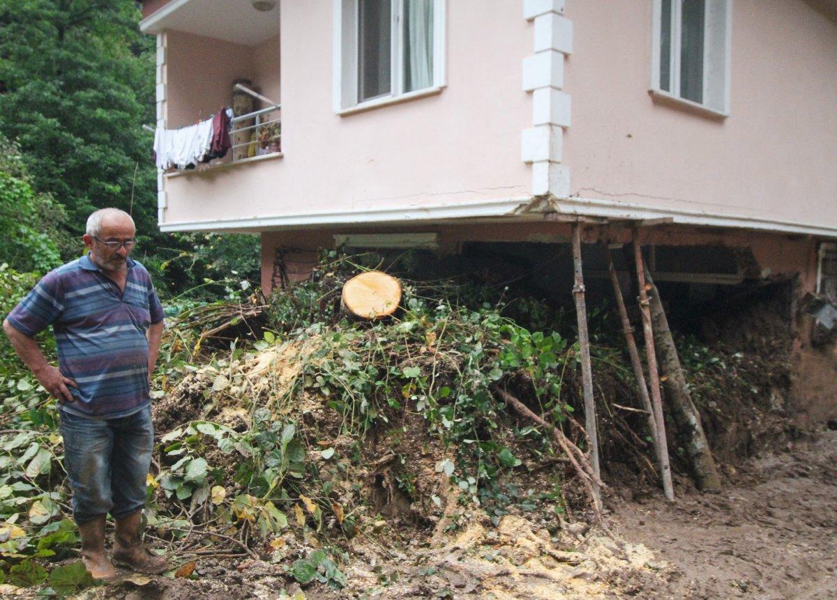 Rize'de yaşanan heyelanda, oturma odasına toprak doldu #1