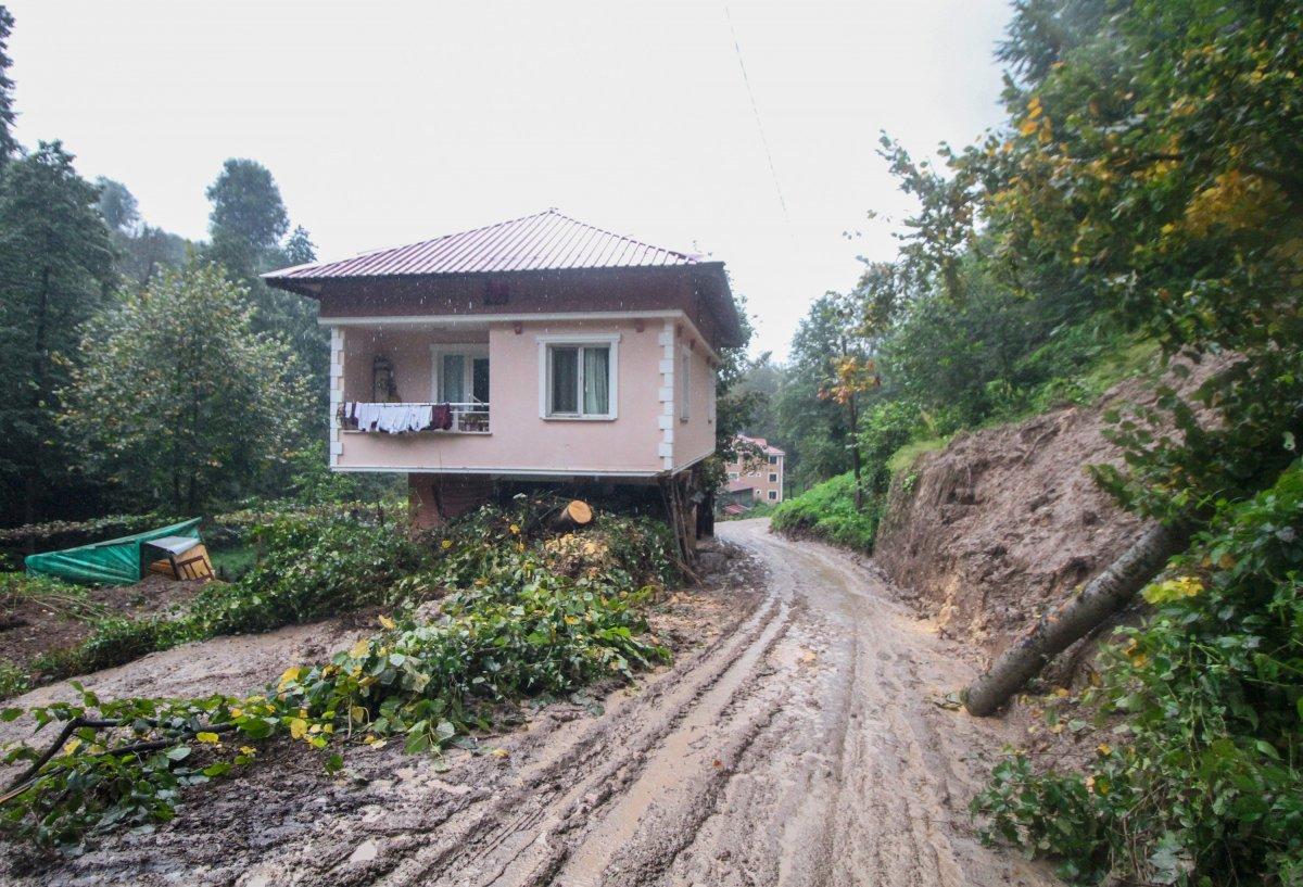 Rize'de yaşanan heyelanda, oturma odasına toprak doldu #2