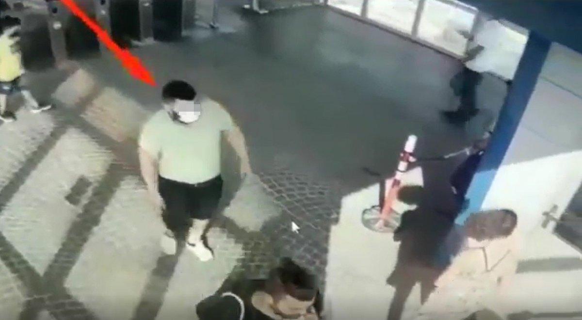 Metrobüste başka bir yolcunun düşürdüğü cep telefonunu çaldı  #2