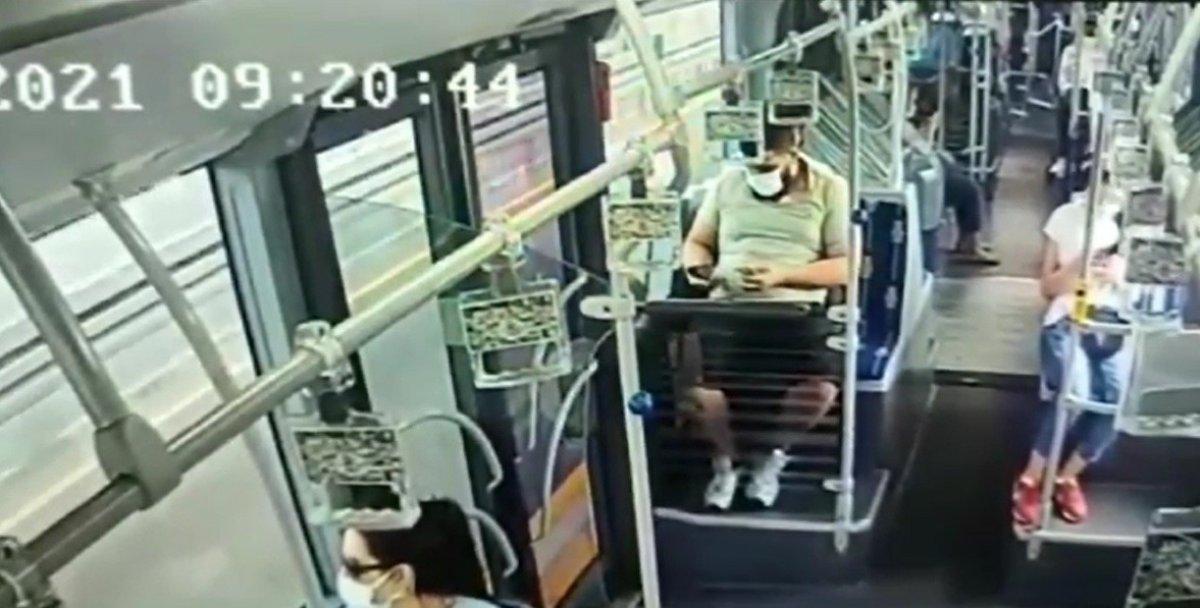 Metrobüste başka bir yolcunun düşürdüğü cep telefonunu çaldı  #1