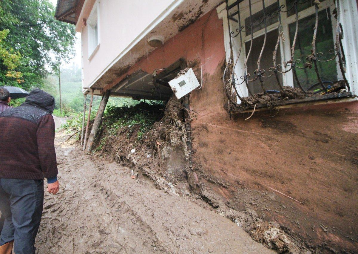 Rize'de yaşanan heyelanda, oturma odasına toprak doldu #5