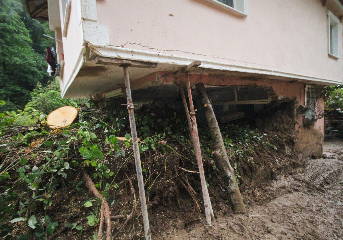 Rize'de yaşanan heyelanda, oturma odasına toprak doldu #9